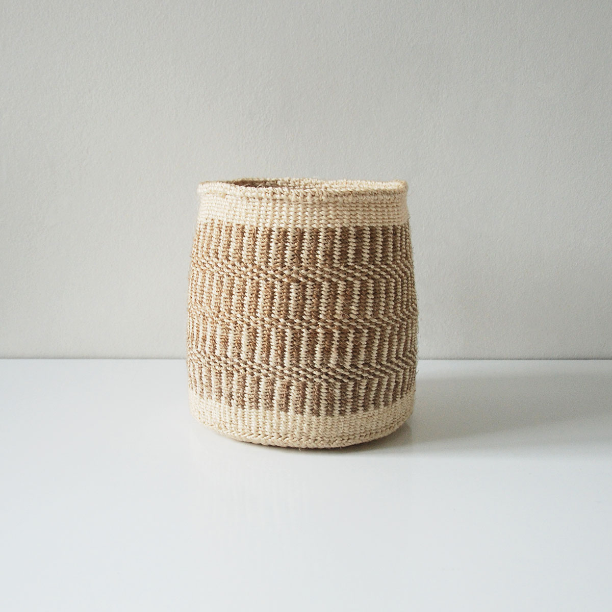 Planter-dark-sand-natural-medium01